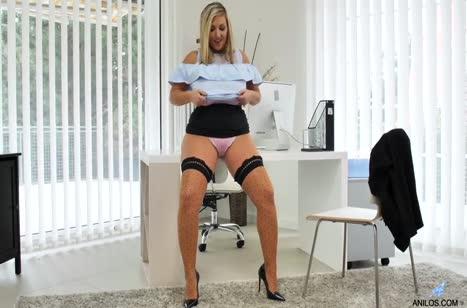 Пухлая Crystal Swift решила помастурбировать на работе